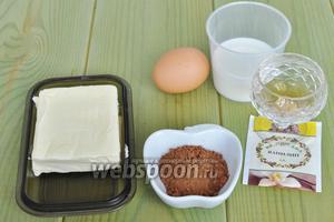 Когда все коржи готовы, приготовим заварной крем. Для крема потребуется тёплое масло, какао, сахар, коньяк, 1 желток, ванилин и коньяк.