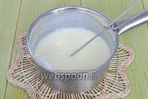 Для этого в сотейник поместим молоко сахар и желток, варить на среднем огне пока смесь не загустеет. Готовую смесь остудить до комнатной температуры.