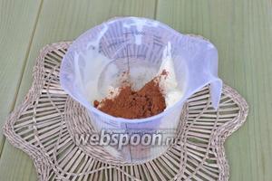 Немного белого крема оставить для украшения, а в остальной крем добавить какао и коньяк.