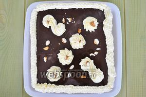 Готовый торт украсить орешками и поставить в холод, через 2 часа можно подавать.