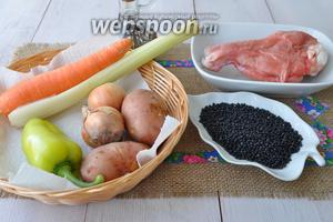 Для супа приготовим плечо индейки, картофель, сельдерей, морковь, перец сладкий, масло растительное, сок томатный, лук, чёрная чечевица, соль и сухие травы.
