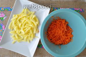 Морковь и картофель очистить и тоже нарезать для супа.