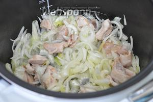 Лук и сельдерей добавить к обжаренному мясу и продолжать жарить.