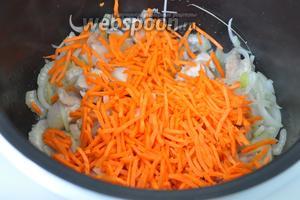 Добавить морковь, перемешать и жарить ещё 4 минуты.