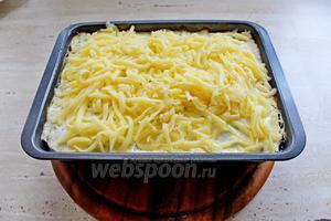 Вынуть запеканку из духовки, посыпать тёртым сыром и ещё выпекать 10 минут до румяности.