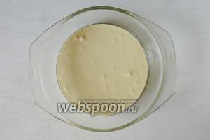 Вливаем готовое тесто в форму, смазанную маслом, и выпекаем до готовности, при температуре 200°С, 20 минут.