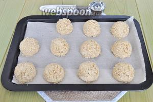 Готовое тесто выложить на пергаментную бумагу (можно ложкой для мороженного, можно руками катать шарики и прижимать ладонями).