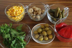 Для салата нужно взять консервированную кукурузу, красный перец, оливки, маринованные грибы и огурцы, а также свежую петрушку.