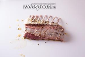 Обмазываем мясо со всех сторон маслом и посыпаем солью и перцем.