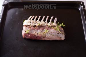 Запекаем мясо (не убирая травы) на противне в разогретой до 180ºC духовке 18 минут. (Максимум — 25). Кости при этом должны лежать внизу, мясной горб — наверху. Переворачивать мясо во время запекания не надо.
