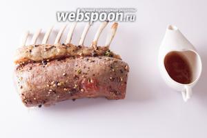 Из корейки, приготовленной до розоватости, в фольгу почти наверняка вытечет мясной сок. Его можно собрать и использовать при сервировке.
