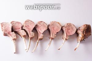 Из 8-рёберной корейки у нас получится 7 кусков. 1 ребро уйдёт в отход — на нём обычно остаётся чистый мизер мяса, несолидно и некрасиво. Зато с другой стороны будет рёбрышко с толстым куском мяса, этакая кегля.