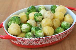 Выложить картофель с капустой в форму для запекания.