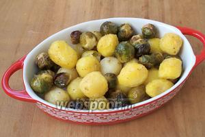 Разогреть духовку до 200ºC и запекать картофель с капустой 20-25 минут. Подавать со свежими овощами. Приятного аппетита!