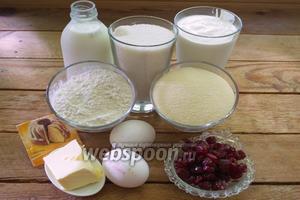 Для приготовления манника нам нужно: молоко, кефир, мука, сахар, манка, масло сливочное, разрыхлитель, вишня, яйца.