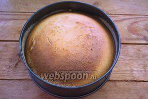 Разогрейте духовку до 200ºC и выпекайте пирог в духовке около 40 минут. На пироге будет румяная корочка.