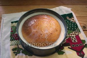 Достаньте горячий манник из духовки. Залейте его 2 стаканами молока комнатной температуры. На глазах пирог впитает молоко.