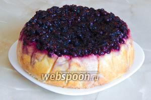 Полностью остывший пирог перекладываем на блюдо.