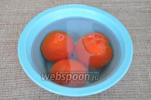 Залить помидоры кипятком и оставить на 1 минуту.