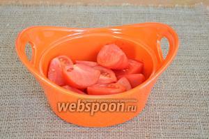 Помидоры разрезать на 4-6 частей и сложить в миску.