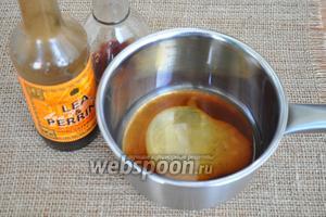 В маленький сотейник выложить мёд, влить уксус и вустерширский соус. Нагреть до растворения мёда и перемешать.
