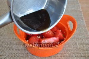 Влить в помидоры горячую заливку и перемешать. Закрыть крышкой и оставить помидоры на 2 часа.
