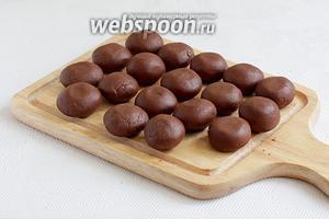 Разделить тесто на равные комочки, по 20-21 г и скатать одинаковые шарики.