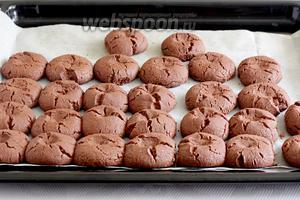 Готовое печенье неизбежно потрескается. Если хотите получить более гладкую структуру, то тесто нужно подольше вымесить. Но мне нравится так.))