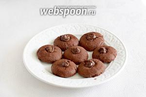 В углубление каждого печенья поместить шоколадную пасту. Печенье к чаю готово!