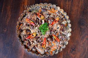 Запекаем блюдо при 200°С в течение 30-40 минут до полной готовности. Украшаем зеленью. Приятного аппетита!
