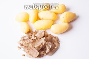 Пока мы все резали, картошка наверняка уже сварилась. Обливаем её холодной водой, чтобы не жглась, и сразу, ещё тепленькую, чистим.