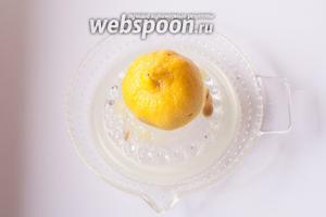 Пока варится картошка, начинаем делать соус. Выдавливаем сок из половинки лимона.
