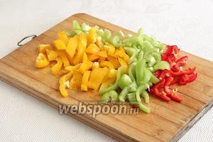 Заранее нарезать разноцветный перец и чеснок. Я использовала острый красный перец, но это по желанию.