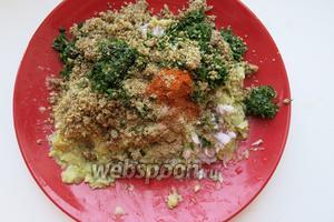 К овощной массе добавляем зелень, орехи, специи — по 0,5 - 1 чайной ложке, всё по вкусу, добавляем лук.
