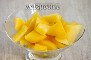 Пока варится каша следует промыть персик, удалить шкурку и косточку. Мякоть нарезать небольшими косточками.