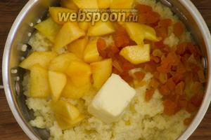 В готовую кашу добавить ломтики персика, курагу и сливочное масло. Перемешать.