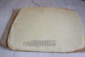 Готовый бисквит переворачиваем на лист бумаги, дадим остыть.