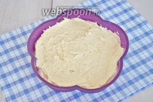 Выложить тесто в форму 20 см в диаметре. Поставить в разогретую духовку и выпекать при 170°С 20-25 минут.