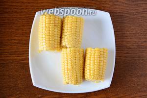 Початок кукурузы разрезать на пополам. Сварить кукурузу привычным образом.