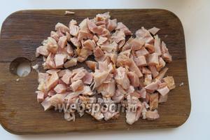 Нарезаем куриное мясо.