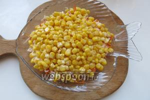 Слой кукурузы — сглаживаем остроту, солим, перчим по желанию.