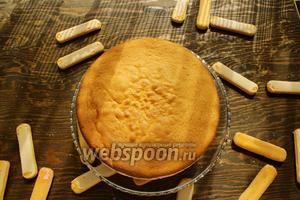 Извлечь торт из формы. Слегка обмазать бока, сливками, остальные переложить в мешок (не обязательно). Бока обложить печеньем Савоярди.