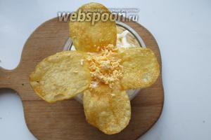 Выкладываем цветок из чипсов, серединка из желтка.