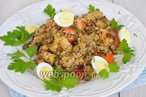Выложить овощную смесь с киноа, добавить нарезанные помидоры, каперсы и перепелиные яйца. Полить сверху заправкой и подавать.