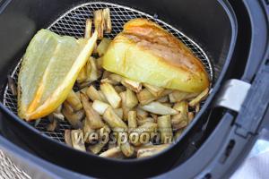 Когда овощи готовы, выложить их из печи, с перца удалить кожу.