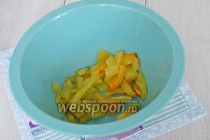 Нарезать перец так же, как баклажаны и выложить в миску.