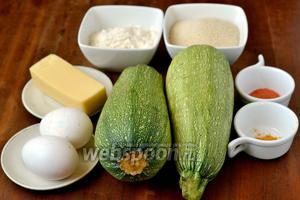 Для приготовления блюда нам понадобятся молоденькие цукини, сыр, панировочные сухари, мука, яйца, соль, паприка, куркума.