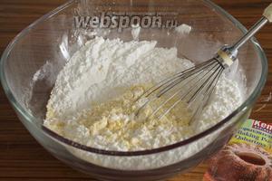 Сначала просеять в миску муку и разрыхлитель. Добавить щепотку соли, крахмал и всё хорошенько перемешать.