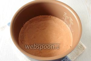 Если печёте в духовке, выстелите форму диаметром 23 см пергаментом. Чашу мультиварки смазывать не нужно, выложите тесто в форму. Покрутите чашу в разные стороны несколько раз, чтобы при выпечке не поднялась шапочка.