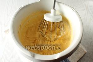 Взбейте размягчённое масло добела, постепенно добавляя заварную смесь.